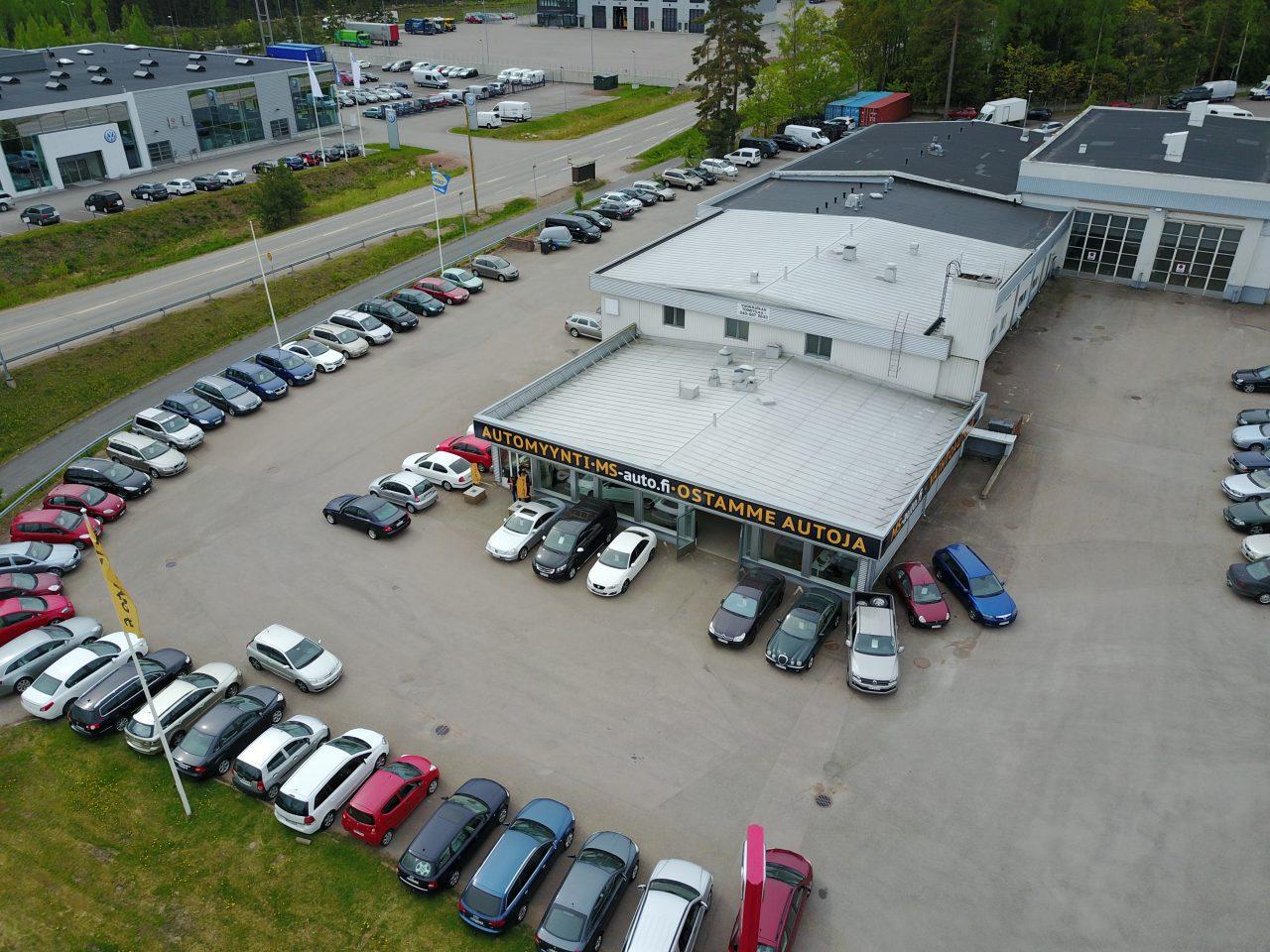 Vaihtoautoja Kotkan Keltakalliolla MS-auton pihassa