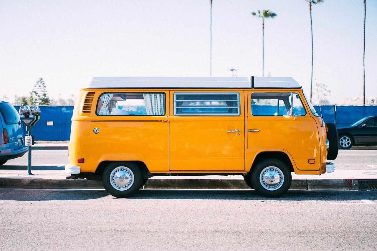 Keltainen Volkswagen Kleinbus pakettiauto
